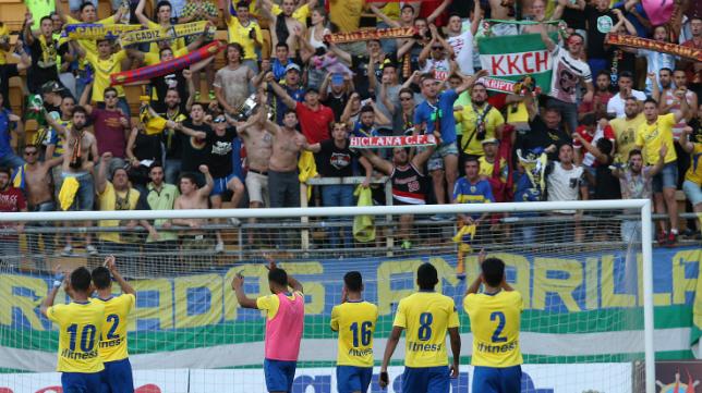 La afición del Cádiz aplaude a sus jugadores en un partido de la pasada temporada