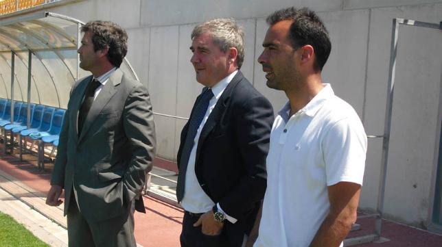 Manuel Vizcaíno, junto a Cobo y Cordero en una imagen cedida por el club.