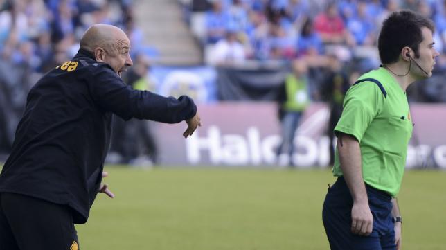 Claudio aprieta a sus jugadores en el Carlos Tartiere.