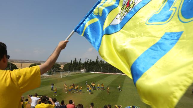 La afición cadista apoyó a su equipo en el último entrenamiento antes del partido con el Oviedo.