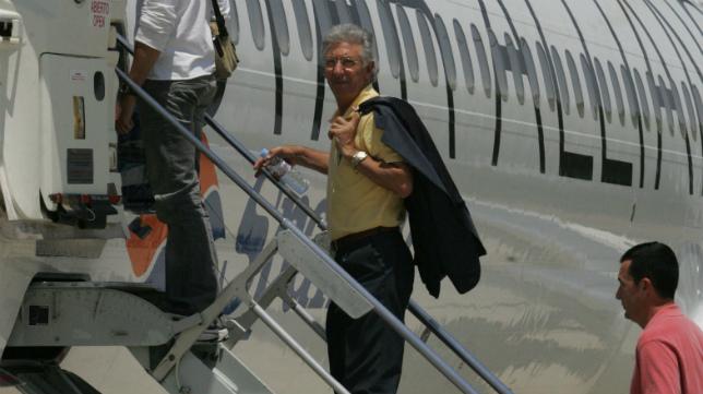 Víctor Espárrago, en un vuelo chárter. Otros tiempos.