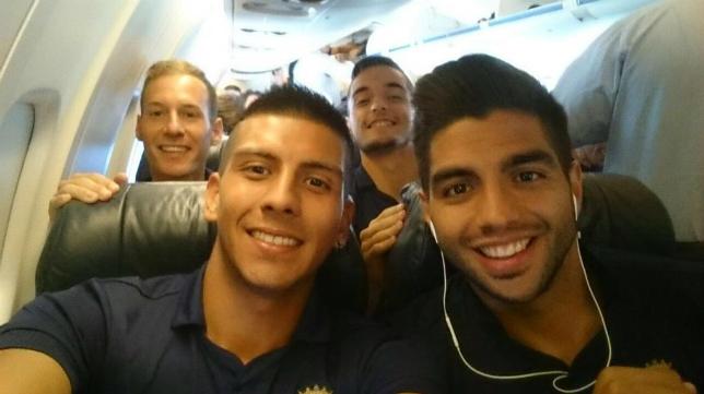 Jona y Navarrete junto a Tomás y Migue García en el avión rumbo a Oviedo