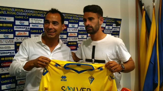 Kike Márquez y Jorge Cordero posan con la camiseta del Cádiz CF tras sellar su renovación ante los medios.