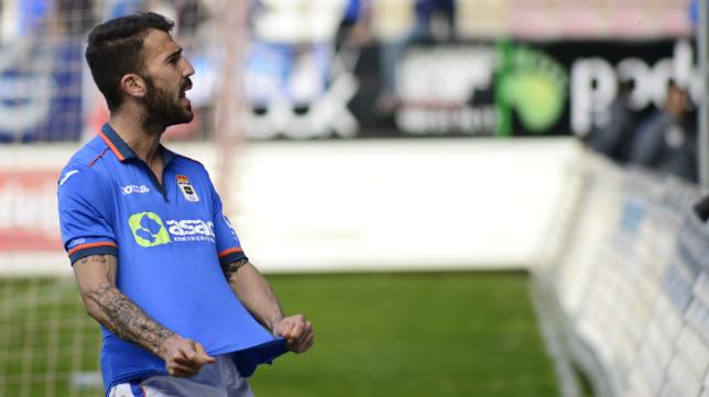 Dioni celebra uno de sus cuatro goles con la elástica del Oviedo.