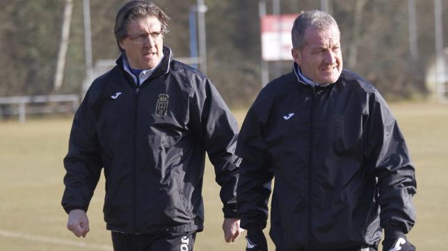 El vejeriego Carlos María Rodríguez, junto al entrenador del Oviedo Sergio Egea.
