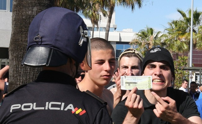 Seguidor del Oviedo con entrada y fuera del Estadio