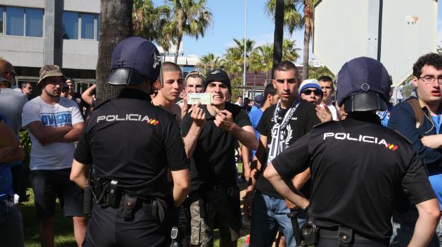 Algunos aficionados del Oviedo no entraron en el estadio y enseñaron sus entradas.