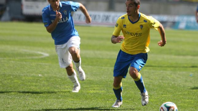 Tomás conduce el balón en un partido en el Ramón de Carranza.