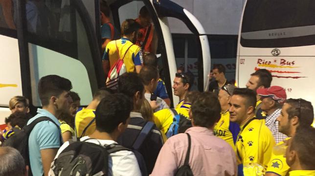 Aficionados del Cádiz CF subiendo a un autobús en un desplazamiento