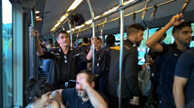 Las caras de la plantilla en el autobús al aeropuerto