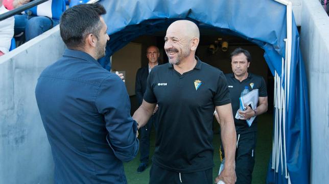 Claudio Barragán en el Rico Pérez saluda a Manolo Herrero