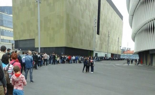 Largas colas en San Mamés para retirar las entradas del Bilbao Athletic-Cádiz CF