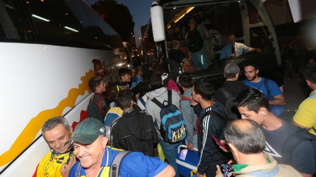 Aficionados del Cádiz CF antes de coger el autobús en un desplazamiento.
