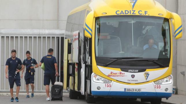 Espinosa, Fran Machado y Airam, de espaldas, antes de emprender viaje a Alicante esta mañana.