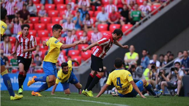 Arregi y Servando pelean un balón ante un jugador del Bilbao Athletic
