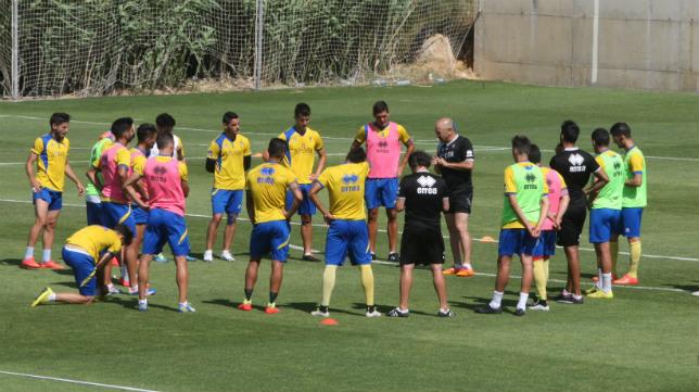 Claudio charla con sus jugadores antes de un entrenamiento.