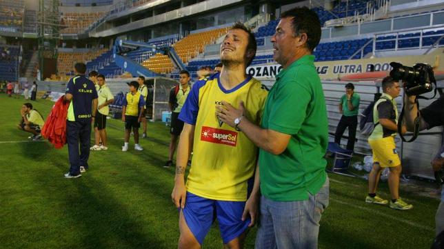 El excadista David Ferreiro es consolado por Cortijo en la eliminatoria frente al Lugo del 2012