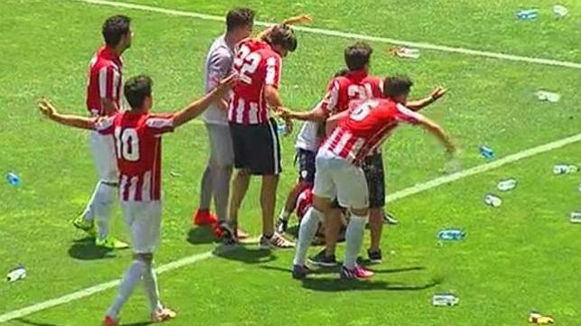 Un jugador del Bilbao Athletic recibió el impacto de una botella de plástico en la celebración del gol.