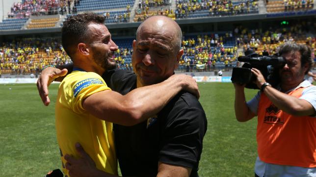 Claudio abraza a Servando al término del partido.