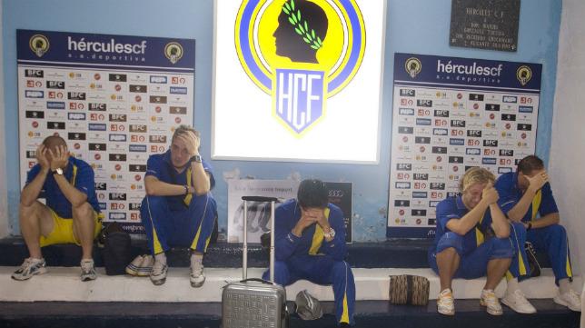 Los jugadores del Cádiz CF de esa temporada, desolados.