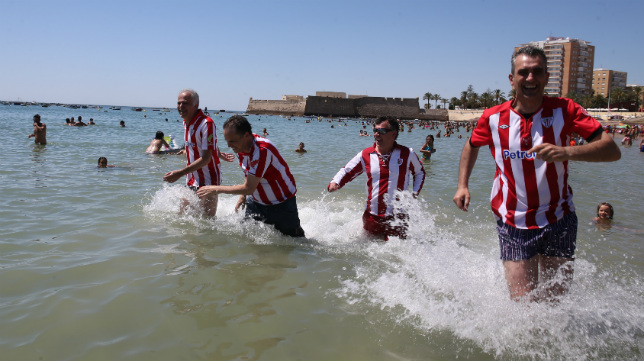 Los aficionados del athletic no han dudado en darse un baño en La Caleta.