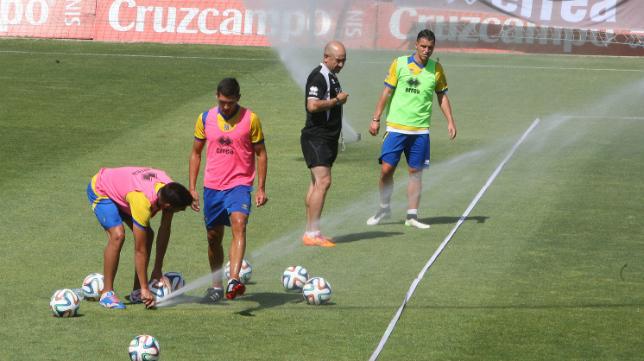 Jona, Garrido y Airam, junto a su entrenador Claudio, son conscientes de la necesidad del Cádiz CF por ascender. :: a. v.