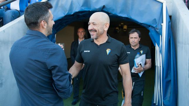 Claudio y Herrero se saludan antes del partido en Alicante.