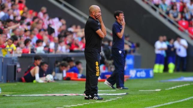 Claudio asiste atento al partido, con Ziganda al fondo.