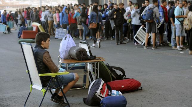 Largas colas en San Mamés para retirar las entradas del Bilbao Athletic-Cádiz CF.
