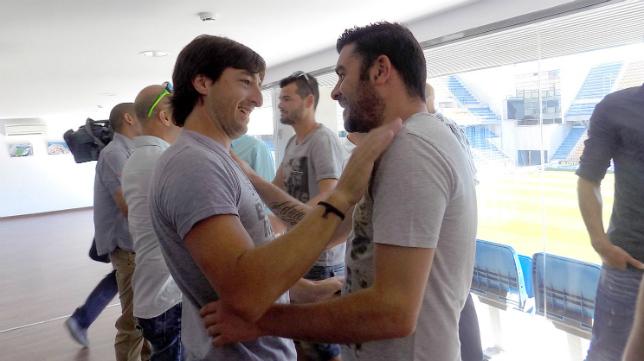 Pavoni y Enrique se saludan en el reencuentro en el Ramón de Carranza. / Cádizcf