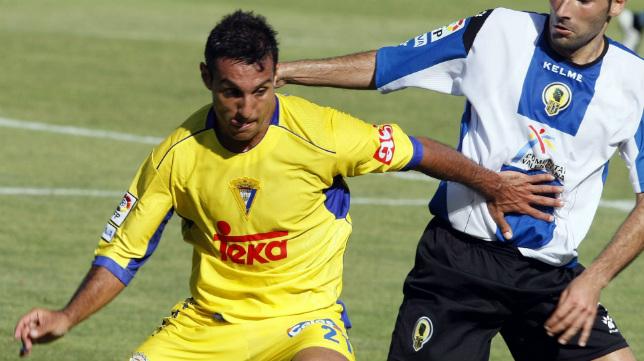 Gustavo López controla un balón en el fatídico partido del descenso en el Rico Pérez de 2008.