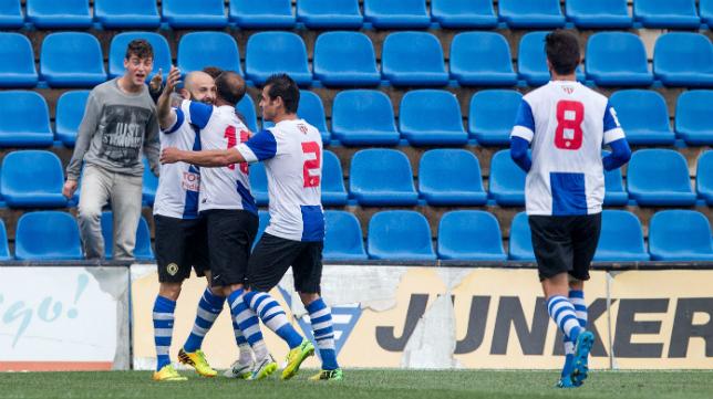 Los futbolistas del Hércules celebran un gol ante el Cornellá.