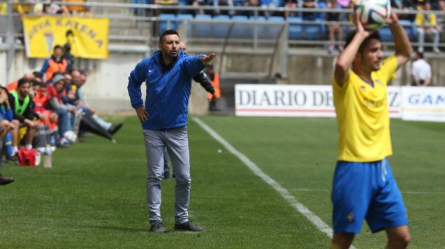 Manolo Herrero ordena a su equipo desde el banquilo visitante de Carranza.