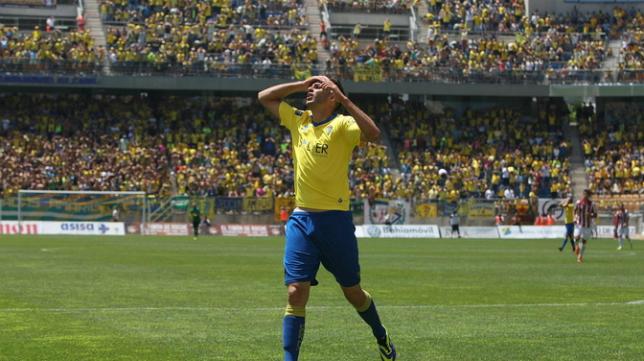 Juan Villar se lamenta de una ocasión fallada ante el Bilbao Athletic