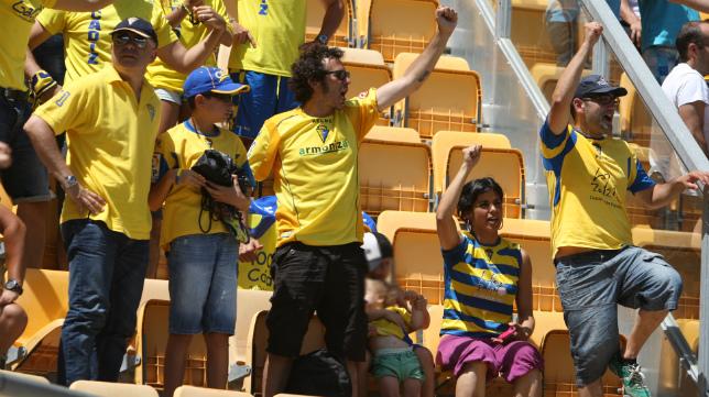 Kichi celebra junto a Teresa Rodríguez  uno de los goles del Cádiz en el pasado 'play off'.
