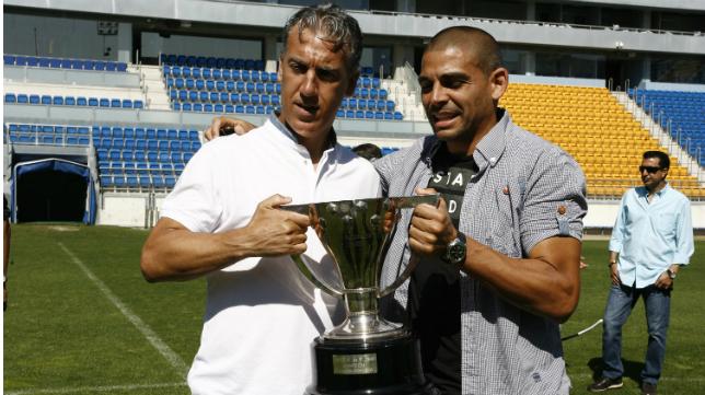 Oli y Bezares posan con la copa de campeón de Segunda División