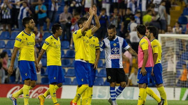 Los jugadores del Cádiz CF agradecen a los suyos el apoyo recibido desde la grada superior del Rico Pérez.