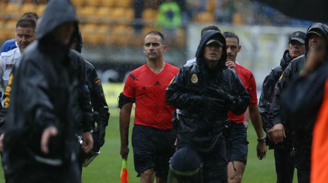 El trío arbitral del Hércules-Cádiz CF salió escoltado del césped de Carranza.