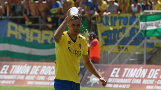 Juan Villar se refresca durante el partido.