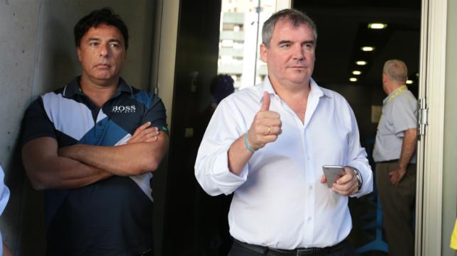 Manolo Vizcaíno, en la puerta de Carranza junto a Quique Pina.