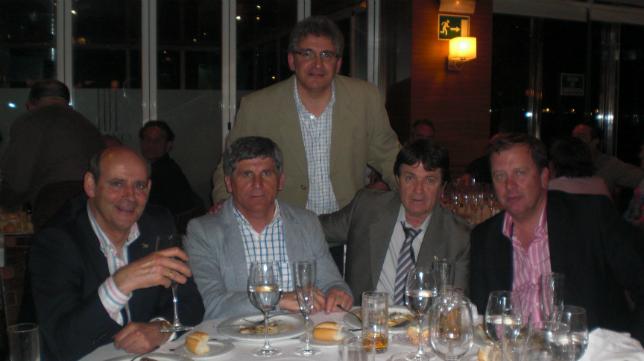 De izquierda a derecha: Recio, Ramón, Juanito Marcías y Juan Lebrero. De pie Juan Sevilla (FOTO: Juan Lebrero)