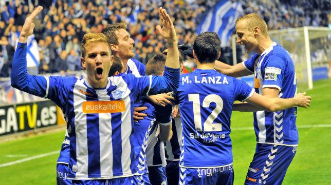 Hummel viste, entre otros, al Deportivo Alavés.