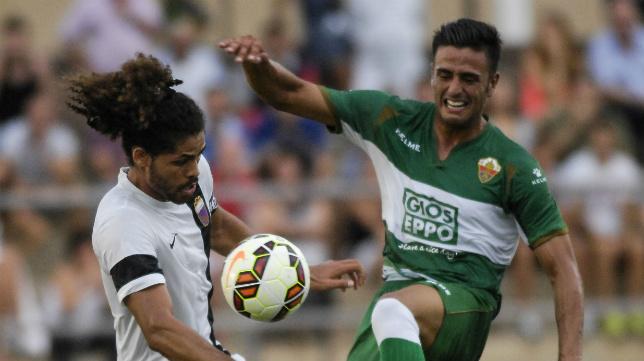 Aridane, de blanco, en un partido con el Eldense, donde ha jugado la pasada campaña.