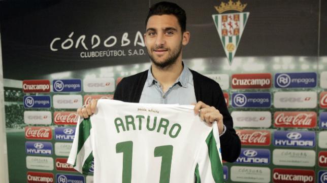 Arturo Pérez-Reverte es una opción que ofrece el mercado para la delantera.