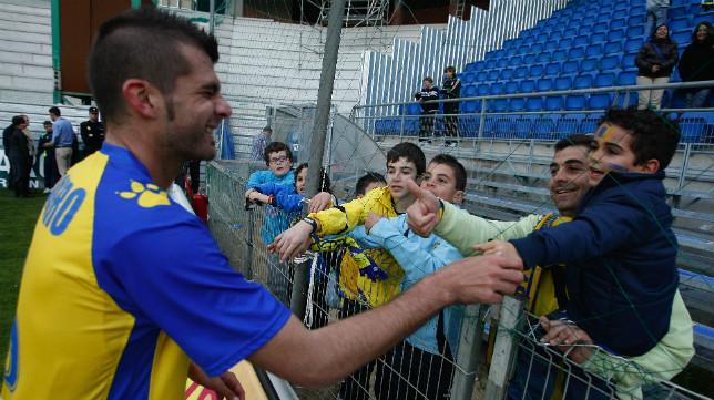 Pedro Baquero saluda a varios aficionados en su etapa como jugador del Cádiz.