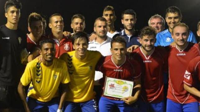 Pablo Molina recogió el Trofeo de Barbate como capitán del Cádiz CF el pasado año.