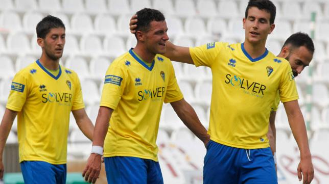 Errea lleva vistiendo dos temporadas al Cádiz CF.