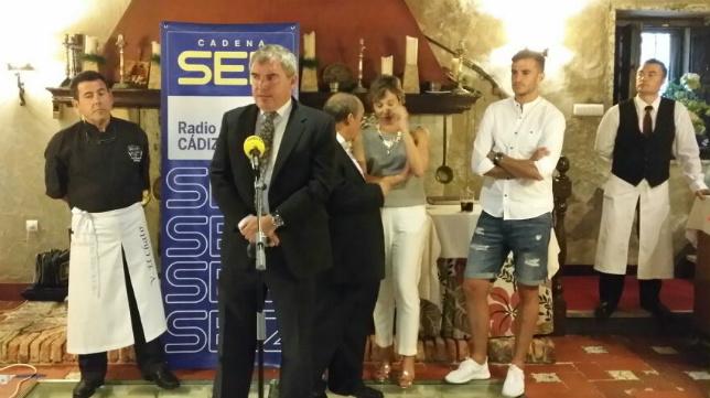 Manuel Vizcaíno, ayer, antes de la entrega del premio a Villar.