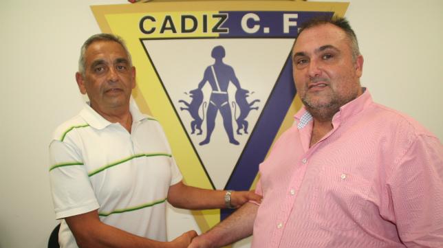 Pablo Isorna y Carlos Contreras se dan la mano para sellar el acuerdo.