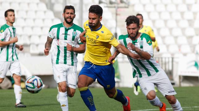 Cristián Márquez, detrás de la jugada, observa como un compañero del Córdoba B intenta frenar a Kike Márquez en el Nuevo Arcángel.